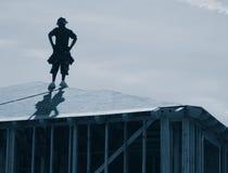 Trabajador de construcción en la azotea imagenes de archivo