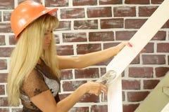 Trabajador de construcción en sombrero duro Foto de archivo libre de regalías