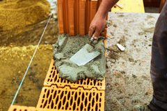 Trabajador de construcción en un sitio del trabajo Imagen de archivo libre de regalías