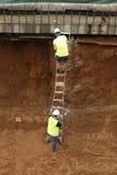 Trabajador de construcción en una escala Imagen de archivo