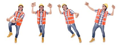Trabajador de construcción joven divertido con el ladrillo quebrado aislado en wh foto de archivo