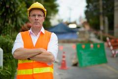 Trabajador de construcción maduro del hombre en el emplazamiento de la obra en la c Imagen de archivo
