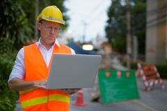 Trabajador de construcción maduro del hombre en el emplazamiento de la obra en la c Fotografía de archivo