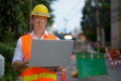 Trabajador de construcción maduro del hombre en el emplazamiento de la obra en la c Fotografía de archivo libre de regalías