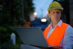 Trabajador de construcción maduro del hombre en el emplazamiento de la obra en la c Imágenes de archivo libres de regalías