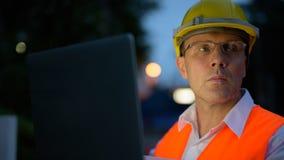 Trabajador de construcción maduro del hombre en el emplazamiento de la obra en la c Fotos de archivo