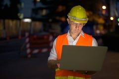 Trabajador de construcción maduro del hombre en el emplazamiento de la obra en la c Imagen de archivo libre de regalías
