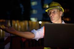 Trabajador de construcción maduro del hombre en el emplazamiento de la obra en la c Fotos de archivo libres de regalías