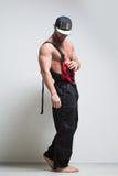 Trabajador de construcción muscular en guardapolvos imágenes de archivo libres de regalías