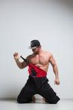 Trabajador de construcción muscular en guardapolvos fotografía de archivo libre de regalías