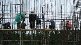 Trabajador de construcción para hombre del emplazamiento de la obra de los ingenieros en emplazamiento de la obra clip Trabajador almacen de metraje de vídeo