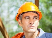 Trabajador de construcción pensativo Looking Away Imagenes de archivo
