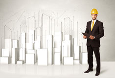Trabajador de construcción que acepilla con los edificios 3d en fondo Fotografía de archivo