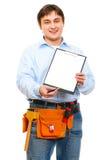 Trabajador de construcción que da el sujetapapeles para firmar Imágenes de archivo libres de regalías