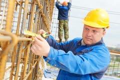 Trabajador de construcción que hace el refuerzo Imagen de archivo libre de regalías