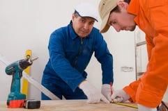 Trabajador de construcción que hace la medición Fotos de archivo libres de regalías