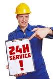 Trabajador de construcción que hace publicidad de 24h Fotografía de archivo libre de regalías