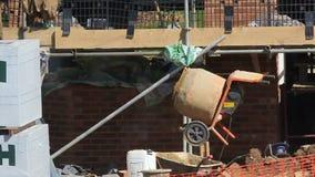 Trabajador de construcción que llena un mezclador de cemento almacen de video