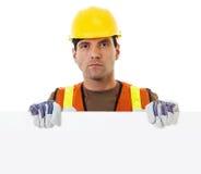 Trabajador de construcción que lleva a cabo la muestra en blanco Fotografía de archivo