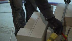 Trabajador de construcción que marca el bloque de cemento aireado para el corte de la armadura almacen de video
