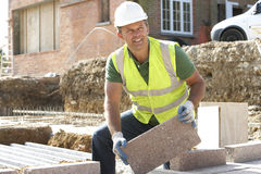 Trabajador de construcción que pone el perpiaño Imágenes de archivo libres de regalías