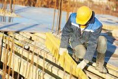 Trabajador de construcción que prepara encofrado Imágenes de archivo libres de regalías