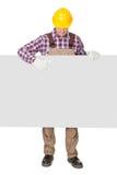 Trabajador de construcción que presenta la bandera vacía foto de archivo