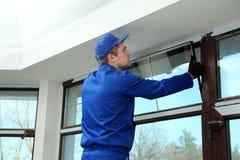 Trabajador de construcción que repara la ventana fotos de archivo libres de regalías