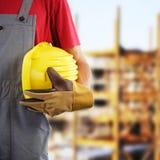 Trabajador de construcción que sostiene el casco Imagen de archivo