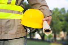 Trabajador de construcción que sostiene el sombrero Fotografía de archivo