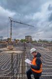 Trabajador de construcción que sostiene modelos en el papel imagen de archivo