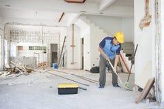 Trabajador de construcción que trabaja en el sitio Fotos de archivo libres de regalías