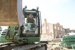 Trabajador de construcción que usa el cavador Imagen de archivo libre de regalías