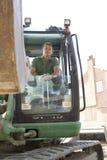 Trabajador de construcción que usa el cavador Imagen de archivo