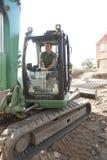 Trabajador de construcción que usa el cavador Imágenes de archivo libres de regalías