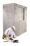 Trabajador de construcción que vierte una cartilla en una bandeja de la pintura Fotografía de archivo
