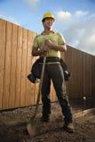 Trabajador de construcción sonriente con una pala Fotografía de archivo libre de regalías