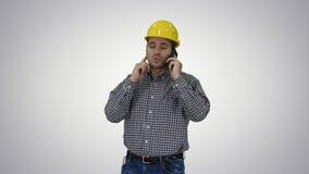 Trabajador de construcción usando smartphone en fondo de la pendiente almacen de metraje de vídeo