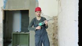 Trabajador de construcci?n con el perforador metrajes