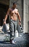 Trabajador de construcción atractivo descamisado con el cuerpo muscular Foto de archivo