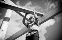 Trabajador de construcción con la madera Imágenes de archivo libres de regalías