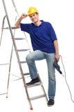 Trabajador de construcción con una escalera Fotos de archivo libres de regalías