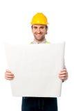 Trabajador de construcción de sexo masculino que sostiene el modelo Fotos de archivo libres de regalías