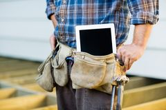 Trabajador de construcción With Tablet Computer adentro Fotos de archivo