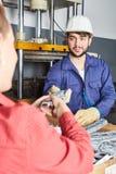 Trabajador de cuello azul con ropa de la industria imagenes de archivo