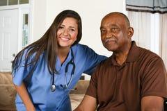 Trabajador de la atención sanitaria y paciente mayor Foto de archivo libre de regalías