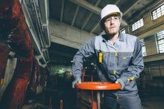 Trabajador de la central eléctrica Fotos de archivo libres de regalías
