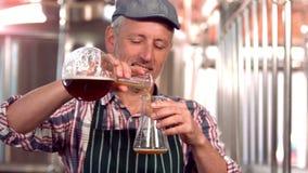 Trabajador de la cervecería que comprueba el producto almacen de video