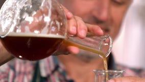 Trabajador de la cervecería que comprueba el producto almacen de metraje de vídeo