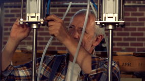 Trabajador de la cervecería que comprueba las cubas almacen de video